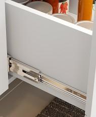 Corrediças metálicas que facilitam a abertura e o fechamento das gavetas, prolongando a vida útil do móvel.